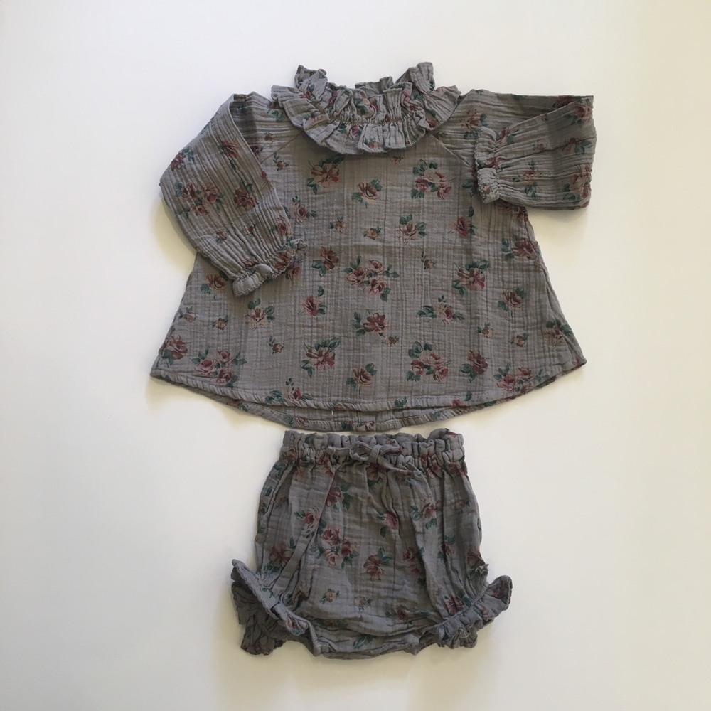 Flower print blouse with double ruffled neck Grey3